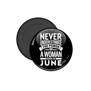 Never Underestimate the poer of a Woman born in..., Μαγνητάκι ψυγείου στρογγυλό διάστασης 5cm